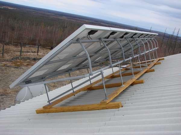 Монтаж солнечных панелей с использованием разъемов MC4 и кабеля.