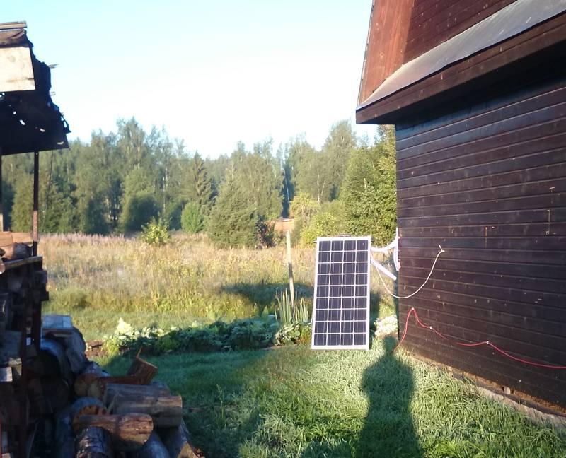 Солнечная батарея на поворотном механизме утром направлена на восток