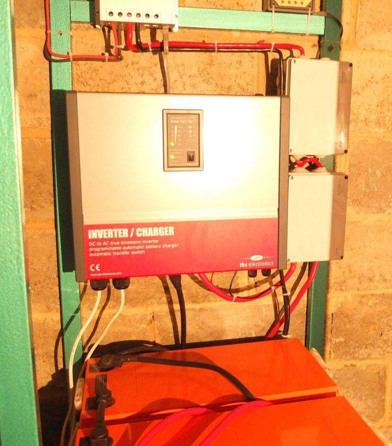 Инвертор TBS PSC2500-24-50 и коробки с предохранителями