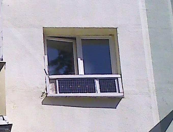 Солнечные панели, установленные за окном квартиры