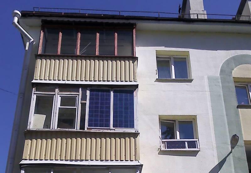 Солнечные панели установлены на балконе многоэтажного дома