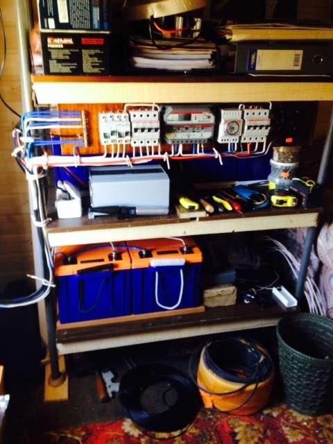Монтаж оборудования в кухне (инвертор TBS PS600-12, контроллер Morningstar PS-15M и АКБ Delta)