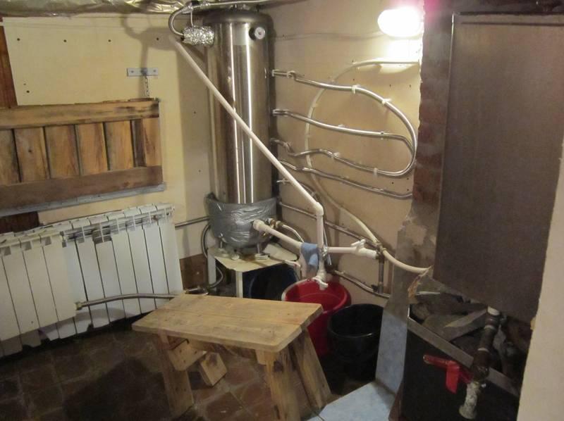 Гофра в качестве радиатора, установленная на стене бани