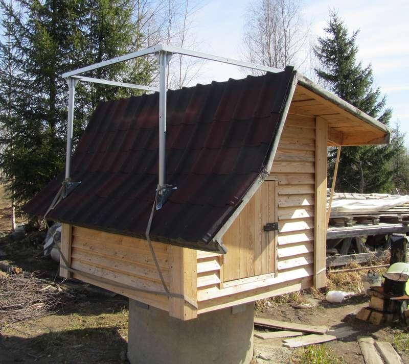 Примерка конструкции для установки солнечного нагревателя на домик.