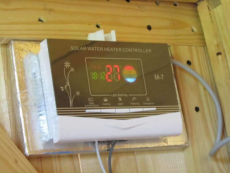 Контроллер солнечного водонагревателя через некоторое время после подключения и наполнения бака холодной водой.