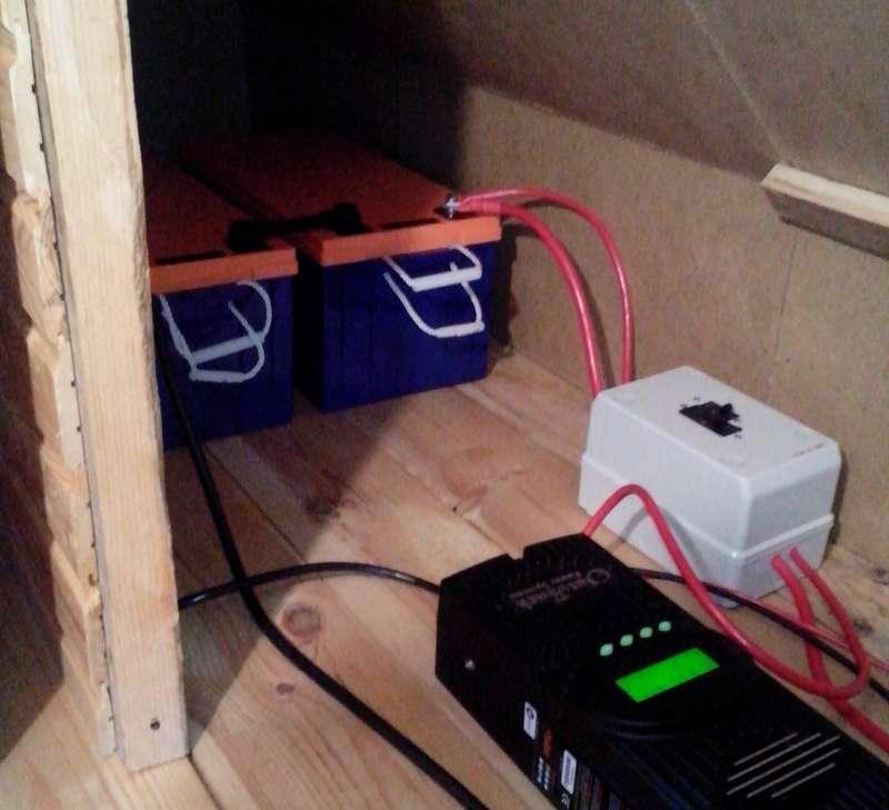Фото контроллера заряда, коробки с автоматами и 2-х АКБ по 200 А*час