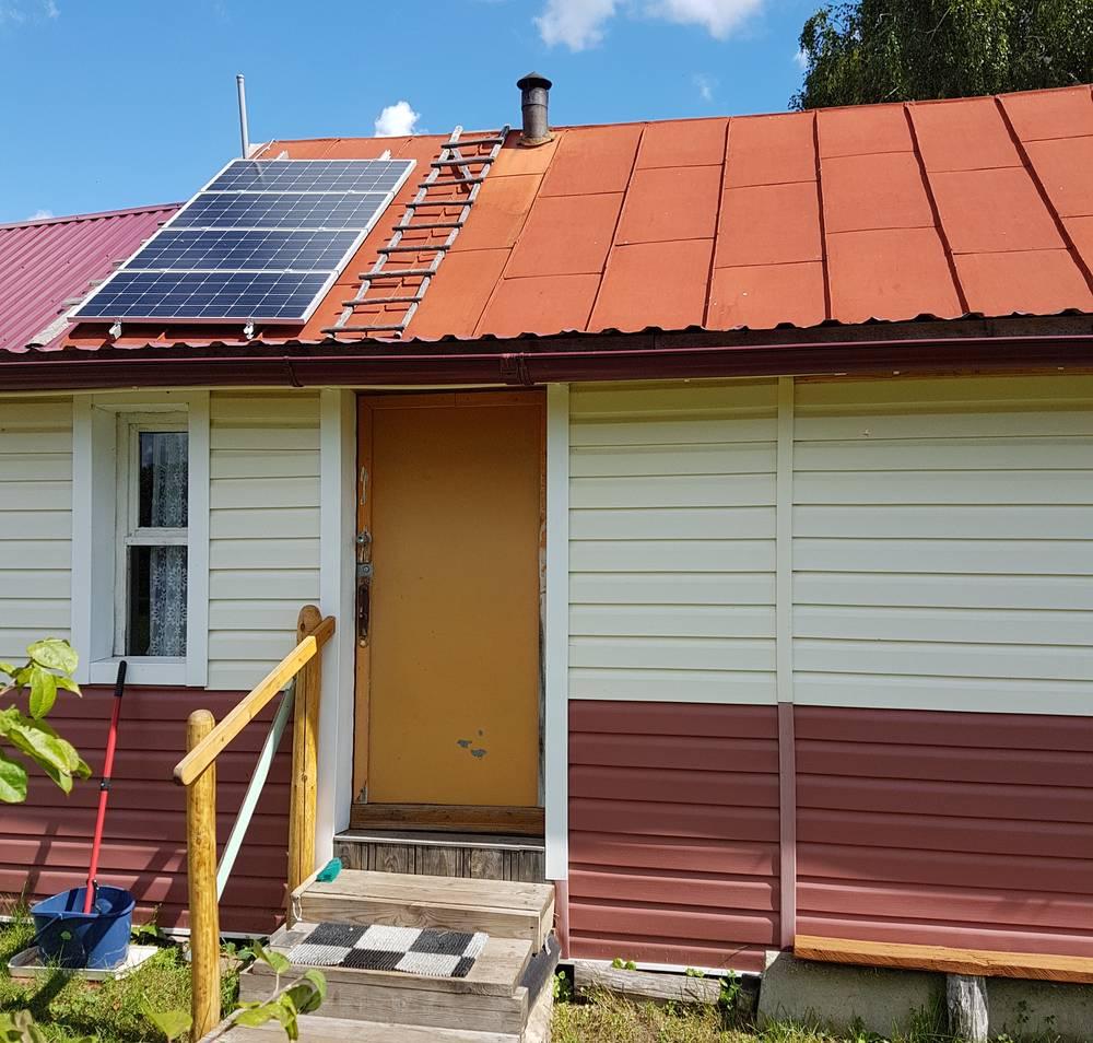 Первый блок из 4 солнечных батарей на крыше дома