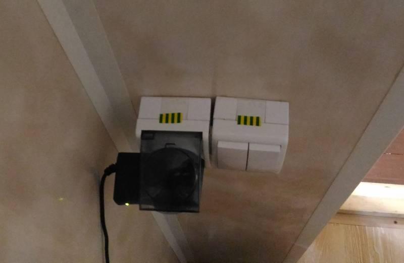 Помеченные розетки и выключатели, в которые поступает солнечная энергия