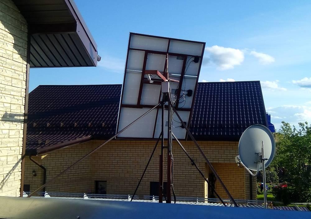 3 солнечных панели на поворотном устройстве