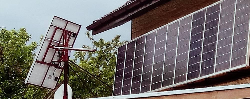Солнечные панели CHN100-3M на стене дома и на трекере