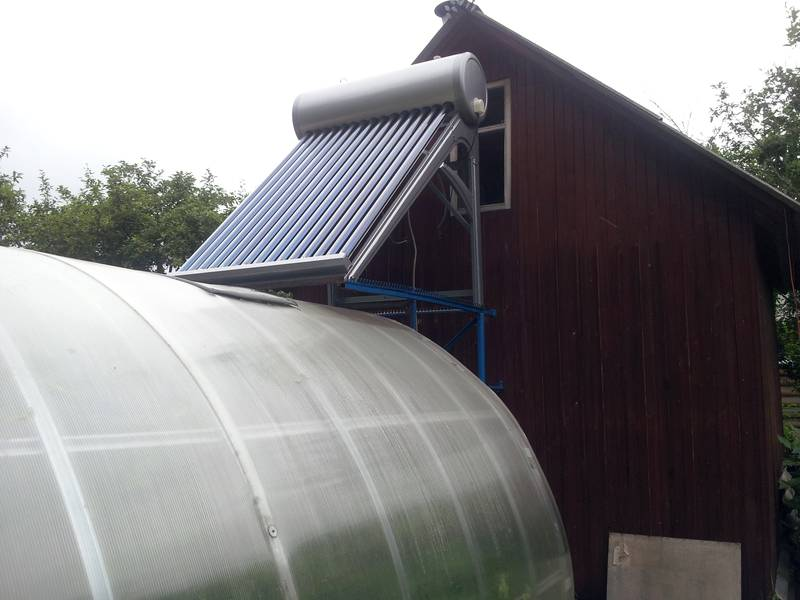 Вид спереди подключенного солнечного водонагревателя с вакуумными трубками