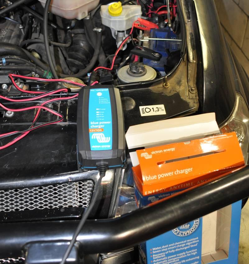 Зарядное устройство подключено к АКБ в автомобиле