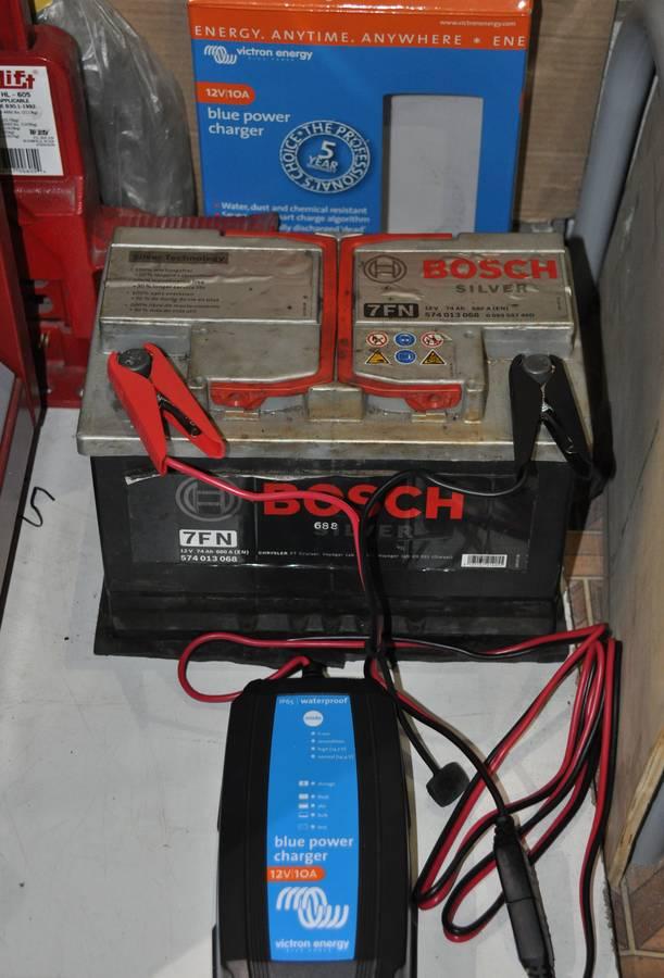 Зарядное устройство подключено к аккумулятору