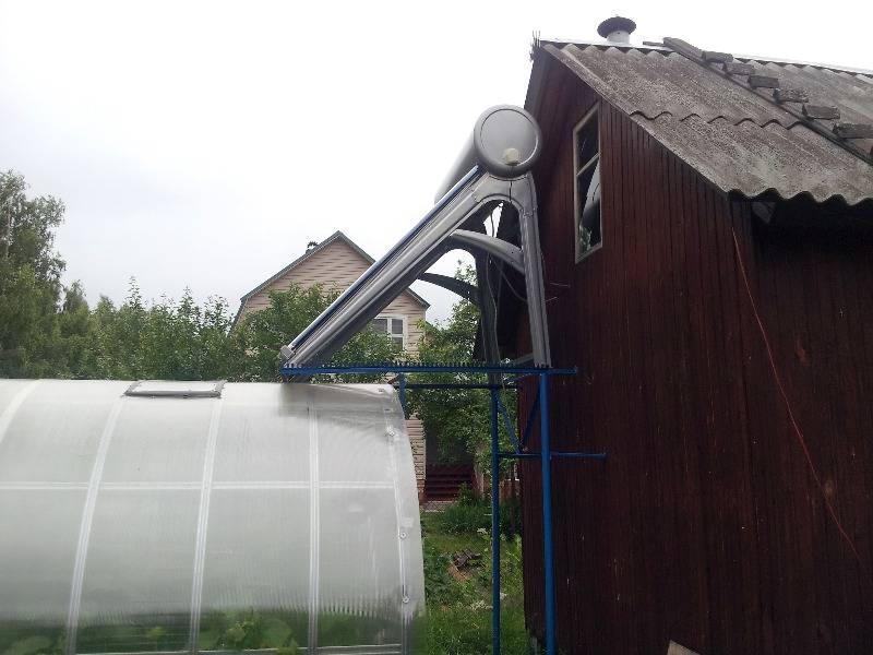 Вид сбоку на установленный солнечный водонагреватель